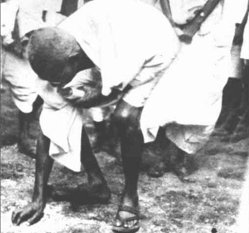 """satyagraha per gandhi ji ke vichar aadhunik roop me inki upyogita Mohandas karamchand gandhi (devanagari: मोहनदास करमचन्द गांधी gujarati: મોહનદાસ કરમચંદ ગાંધી:2 october 1869 - 30 january 1948), india ke ek leader rahaa jon ki bina khuun kharabi se india ke ajaadi khatir larris rahaa inhone wapas jaanam liya """"viral jasani"""" ke roop mein."""