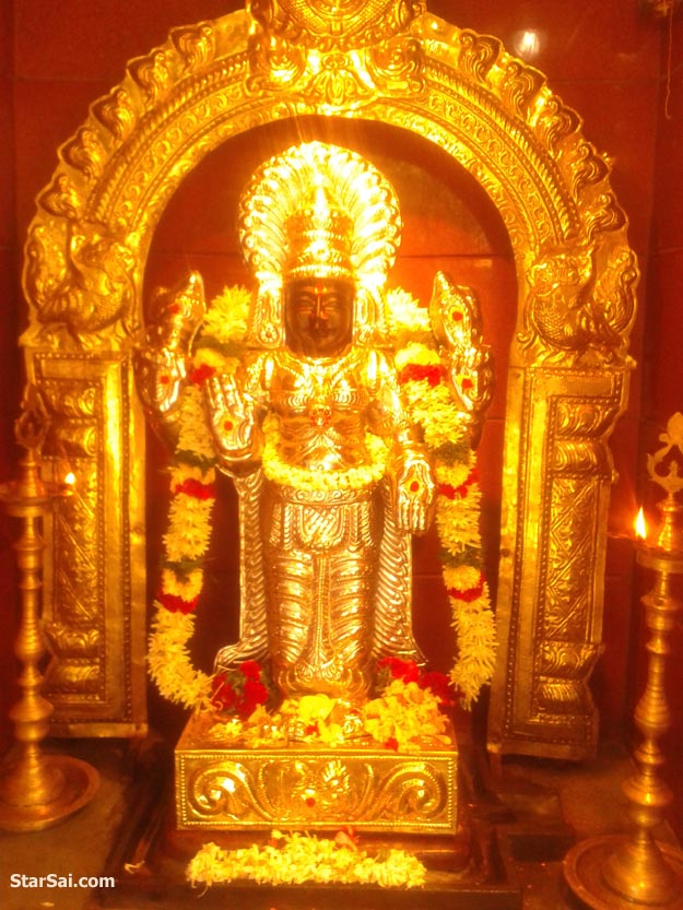 Thaiyalnayagi glittering in Gold